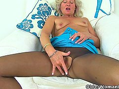 English milf Ellen works her fabulous fanny with her fingers