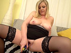 Chubby solo mommy shoves two fingers into her cunt