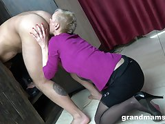 Just short haired mature blowlerina who stands on knees nearby give head